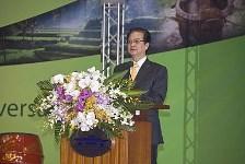 Nguyen Tan Dung bows to China