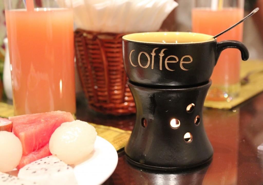 Ăn sáng cao cấp tại khách sạn boutique ở Hà Nội / Gourmet breakfast at a boutique hotel in Hà Nội. Photo: Anvi Hoàng